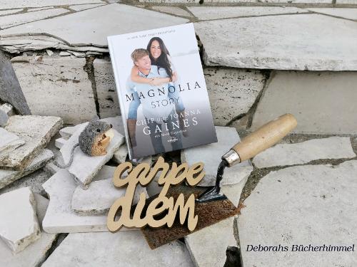 Magnolia Story auf baufälliger Treppe mit Kelle und Carpe Diem Schriftzug