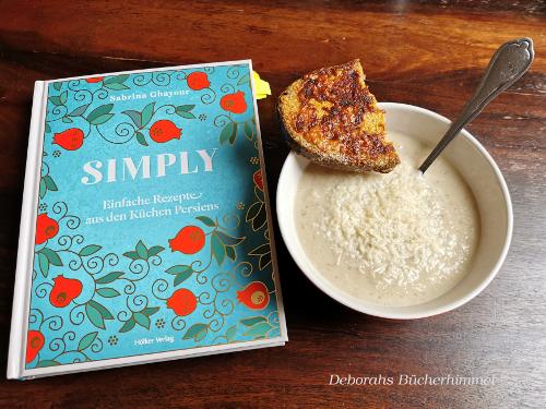 Blumenkohlsuppe angerichted in Suppenschüssel mit Parmesan-Curry-Toast und Kochbuch Simply.