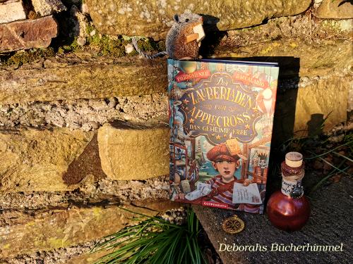 Der Zauberladen von Applecross von Pierdomenico Baccalario auf Treppe vor Mauer mit Deko.