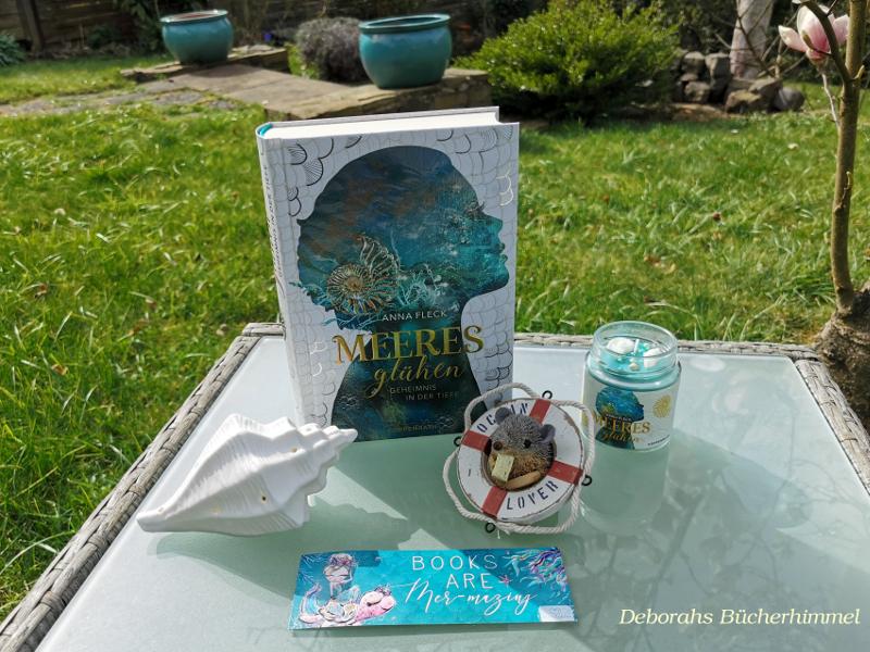Anna Fleck Meeresglühen auf einem Glastisch mit Meeresdeko und Blogmaus