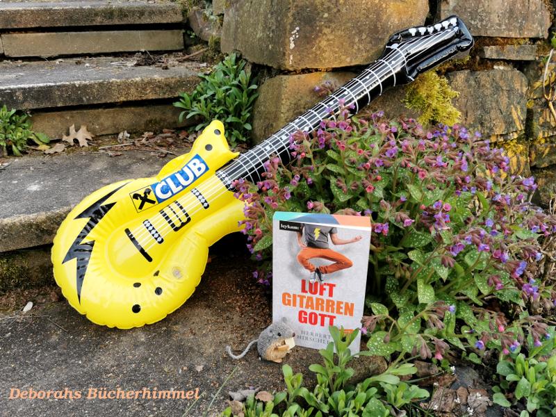 Lufgitarrengott von Herbert Hirschler mit Luftgitarre und Maus vor Mauer