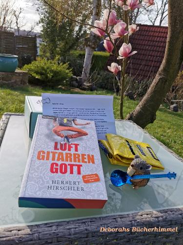 Das Paket von Mainwunder mit dem Buch Luftgitarrengott, dem Gitarrenlöffel, einem Brief vom Autor und natürlich der Luftgitarre und der Blogmaus