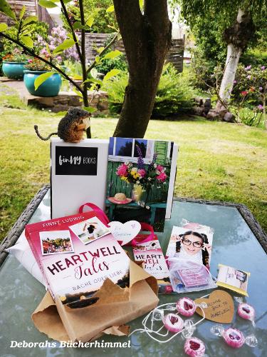 Bloggerpäckchen von Finny Ludwig mit Blumenpostkarte, Bonbons, Buch, Stempel und natürlich der Blogmaus.
